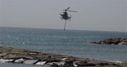 Elicottero in servizio anti-incendio in arrivo