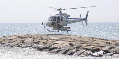 Elicottero in servizio anti-incendio in fase di atterraggio