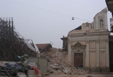 La facciata della chiesa distrutta
